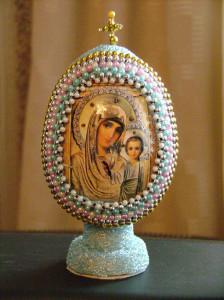 Пасхальное яйцо с изображением Казанской Божей Матери, оплетённое бисером