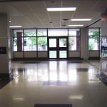 Школа в Америке. За этими дверьми - внутренний дворик