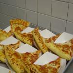 Порции мясной пиццы