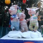 ЦПКиО. Ростовые фигуры на празднике Новогодней Ёлки. Три поросёнка