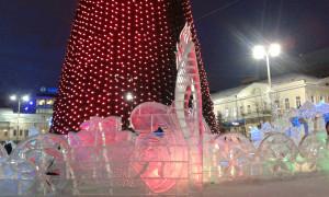 Екатеринбург. Ледяная панель вокруг Фестивальной экспозиции ледовых скульптур
