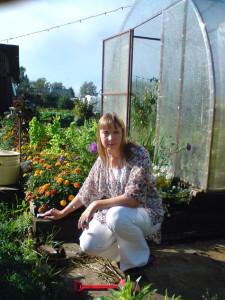 саду цвесть, работа на садовом участке, теплица на садовом участке