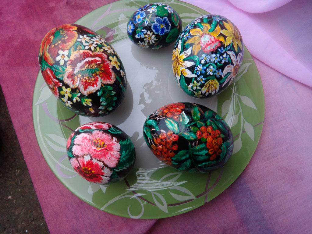 Расписные пасхальные каменные яйца