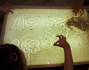 рисуем песком занятия, рисовать цветным песком, разноцветный песок творчество, цветной кварцевый песок творчество, кварцевый песок детское творчество, детское творчество картины песок, творчество своими руками