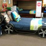 Детская кровать в виде машины. Магазин «Мебель из Небраски», штат Техас, США