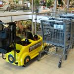 Транспорт для перевозки детей и покупок. Магазин «Мебель из Небраски», штат Техас, США