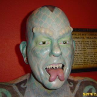 эрик спраг, человек ящерица, сделал татуировку на обритой голова, два языка во рту, музей рипли, роберт рипли, шоу рипли, музей странности, музей рипли хотите верьте хотите нет