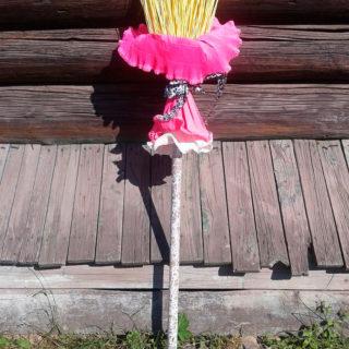 Метла для ведущей на празднике Бабы-Яги