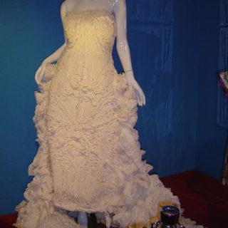 Синтия Ричардс. Свадебное платье из туалетной бумаги. Музей Рипли «Хотите — верьте, хотите — нет!». Техас