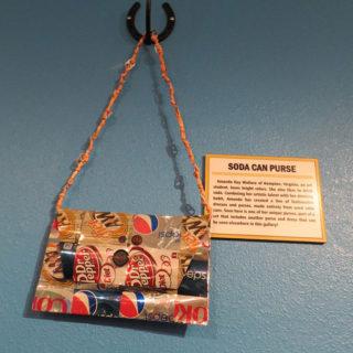 Аманда Кей Уоллес. Сумка из алюминиевых банок. Музей Рипли «Хотите — верьте, хотите — нет!». Техас