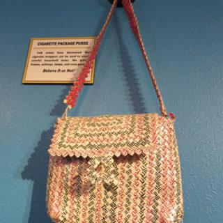 Дамская сумочка из сигаретных пачек. Музей Рипли «Хотите — верьте, хотите — нет!». Техас