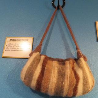 Линдал Тутмэн. Вязаная сумочка из собачей шерсти. Музей Рипли «Хотите — верьте, хотите — нет!». Техас