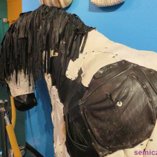 Федерико Уриб. Конь-Корова «Вакалло» из женских перчаток и сумочек. Музей Рипли «Хотите — верьте, хотите — нет!». Техас