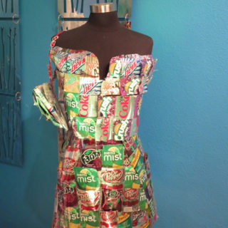 Аманда Кей Уоллес. Праздничное платье и сумка из алюминиевых банок. Музей Рипли «Хотите — верьте, хотите — нет!». Техас