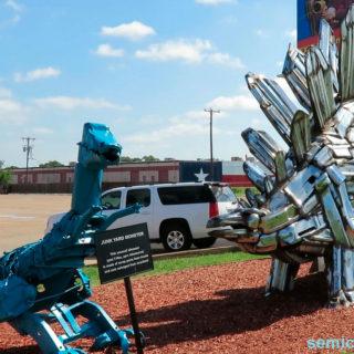 Музей Рипли. Выставка скульптур из металлолома. Динозаврик-монстр и стегозавр