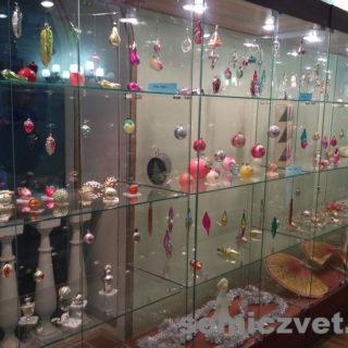 Экспозиция выставки ёлочной игрушки СССР «Волшебные игрушки»