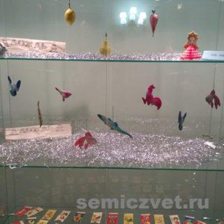 На витрине выставки представлены ёлочные игрушки с 1930г.
