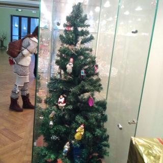 Наконечник в виде пики и игрушки СССР на ёлке