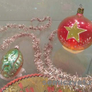 Ёлочные игрушки. «Звезда» и «Серп и Молот» на игрушках