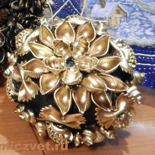 Новогоднее украшение - Шар «Изумрудный подарок»