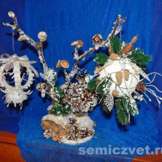 Новогодняя композиция «Волшебство под Новый Год» с шарами «Зимняя орхидея» и «Новогодний подарок» своими руками