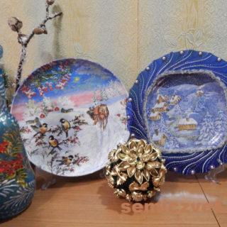 Новогодние сувенирные тарелки «Катание на санях» и «Картинка за окном» своими руками