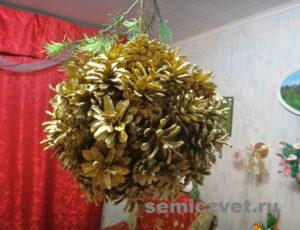 Новогоднее украшение - шар из сосновых шишек своими руками