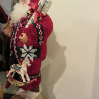 Санта Клаус в вязаном костюме