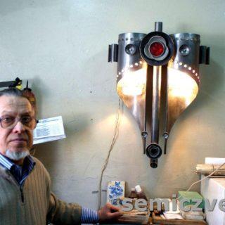 Художник по металлу В.Д.Хахалкин в мастерской