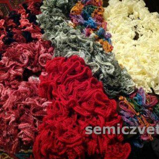 Маленькие вязаные шарфики спицами из ленточной пряжи
