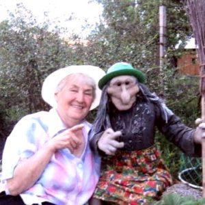 Лидия Шевчук и ростовая кукла Баба Яга