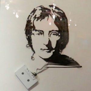 Эрика Симмонс «Портрет Джона Леннона». Аудиокассетная плёнка. Музей Рипли. Гранд-Прери, Техас, США