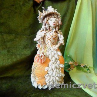 Кукла из морских ракушек с сумочкой