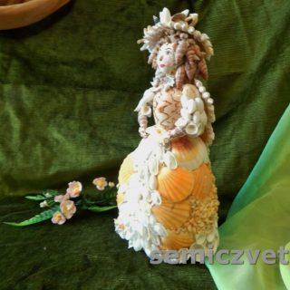 Дама - кукла из морских ракушек