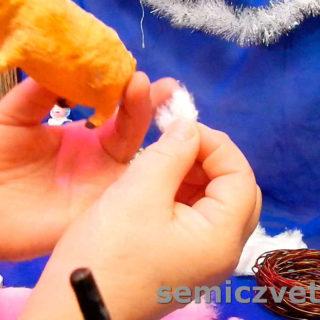 Маленький кусочек ваты для ушка Свинки будущей игрушки