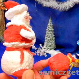 Снеговик из ваты в наряде Деда Мороза