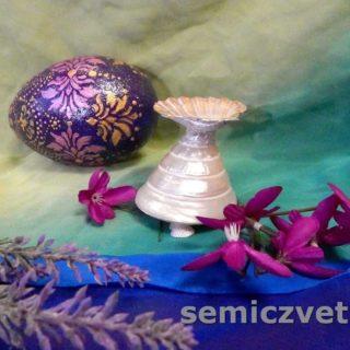 Расписное пасхальное яйцо с подставкой из морских ракушек