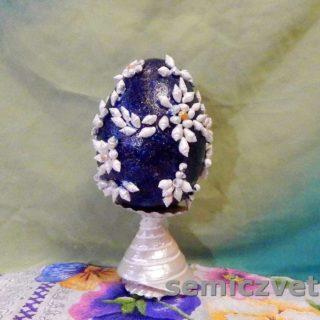Декорированное пасхальное яйцо на подставке
